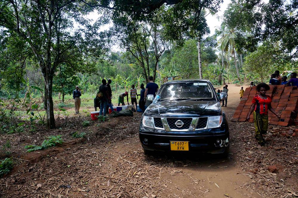 Bærerne hyres inden turen ud i bushen. Al proviant inkl. is til nedkøling af madvarer skal bæres ca. 15 km.