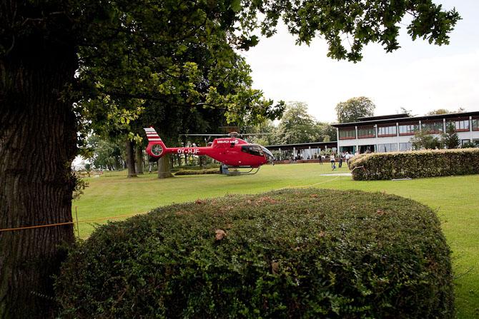 Af og til ankommer gæster i helikopter