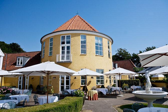 Restauranten ligger i TaÌŠrnet med udsigt over fjorden