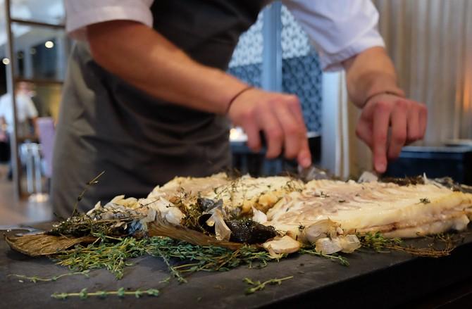 Pighvar! Aftenens nok bedste servering. Serveret med grønne asparges, tonkabønner og en sauce på hjertemuslinger.
