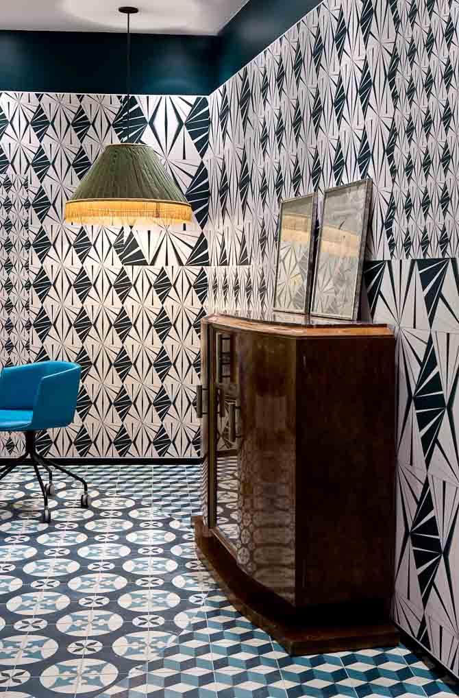 For at skabe et 30'er look har man opkøbt en hel art deco lejlighed. Hvor end du kommer på hotellet ser du således gamle kommoder og bløde lænestole. Foto: GILLES TRILLARD