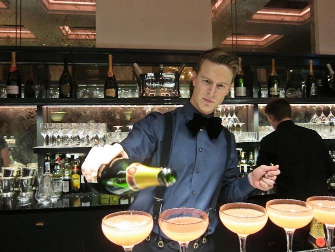 Det handler om mere end kæmpe flasker champagne - det handler også om champagne-cocktails, der koster mindre, og som er lavet med stolthed. Blandt andet af Jannick Gram.