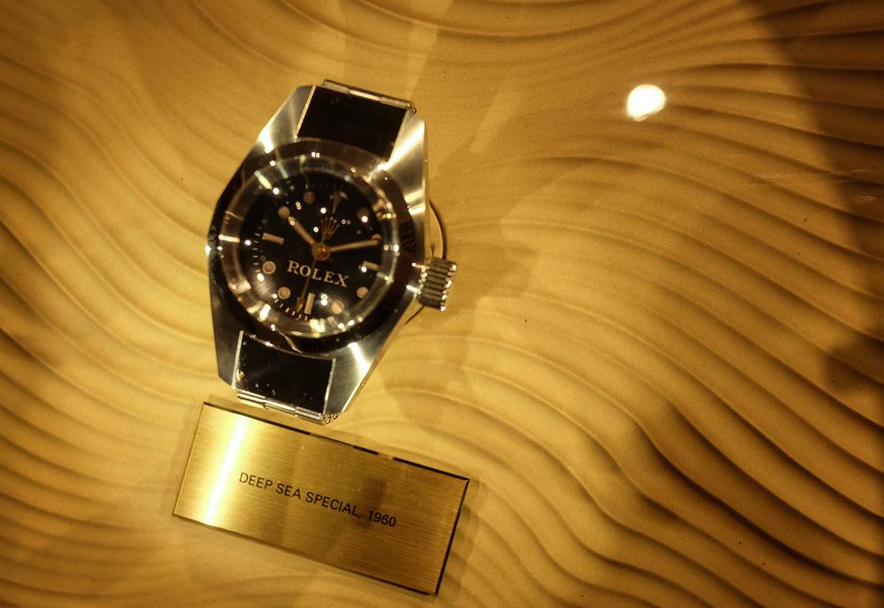 Anno 1960 - og uret er testet ned til 10.916 meter vand.