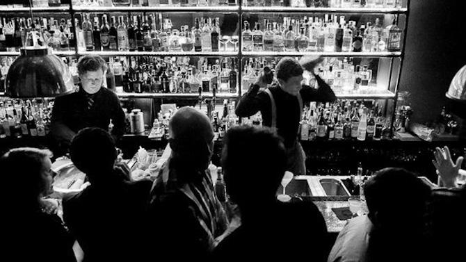Da jeg rumsterede med fotoet her, dukkede der en indlejret tekst op, som lyder: JOURNEYS: COPENHAGEN - A Cocktail Wave Floods a City Built on Beer.  The Union Bar, the tree bartenders are always busy on a friday night mixing cocktails.