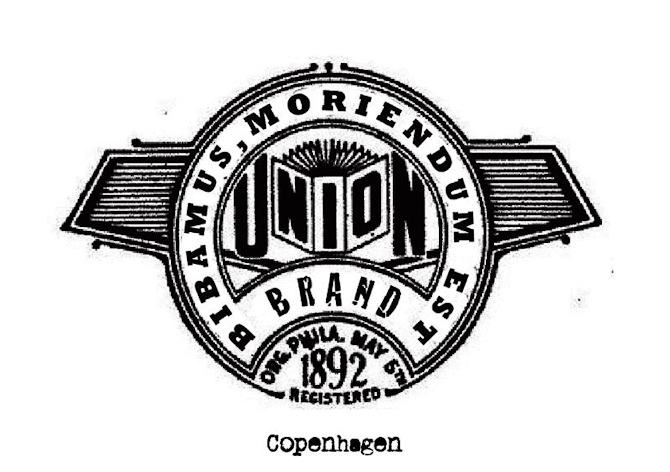 Logo tilhørende Union Bar. Den latinske sætning betyder noget i retning af: Lad os drikke -  vi skal (alligevel) dø. Det er jo sådan korrekt..