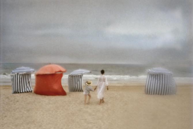 David Hamilton har ladet sig inspireret af Boudin i sit fotografi af en mor og hende søn på stranden.