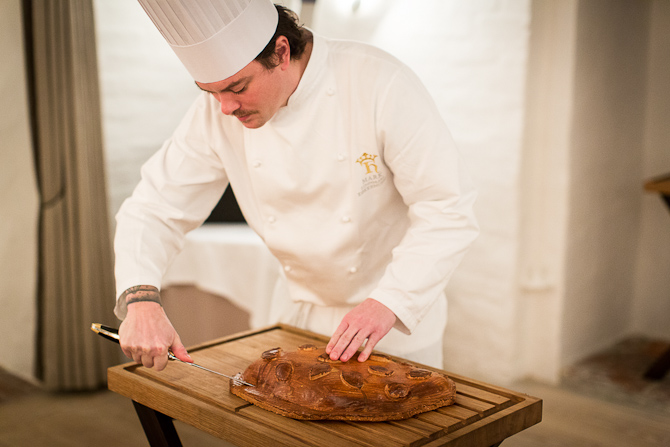 Her er vi ved at få en omgang pighvar til bordet. Den er bagt i saltdel. Foto: Mads Damgaard
