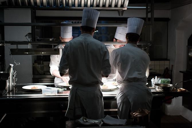 Et dygtigt hold i køkkenet hos Kong Hans. Foto: Mads Damgaard