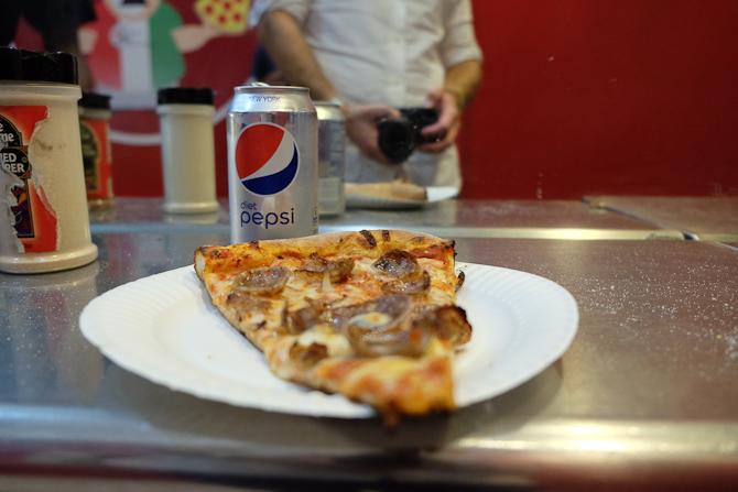 Pizza slice til en dollar.