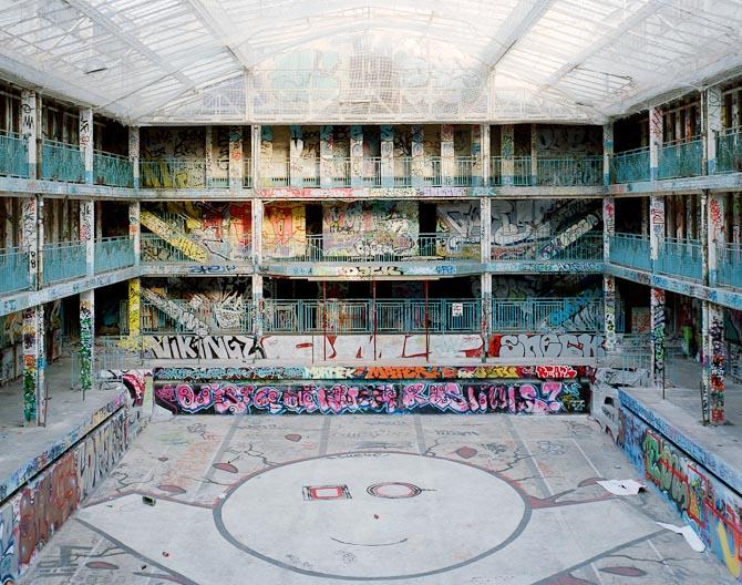 Da svømmebassinet lukkede rykkede byens street kunstnere ind og transformerede Molitor til et graffitilærred. Foto: Thomas Jorion