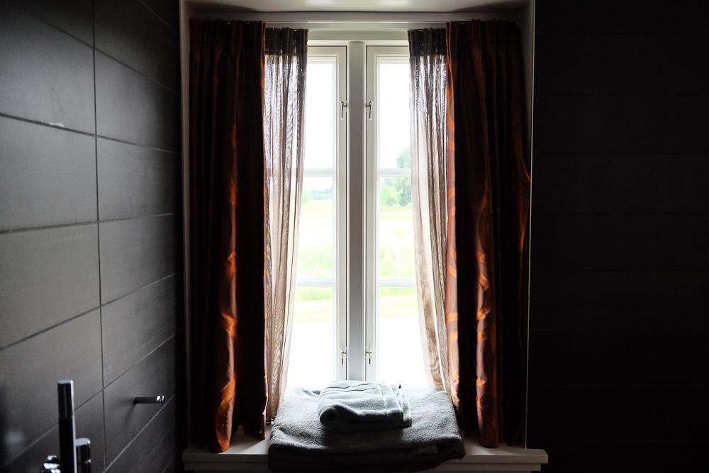 Her er vi tilbage på mit værelse, hvor jeg har indfanget udsigten fra bruseafdelingen.