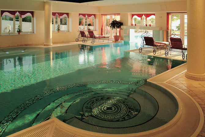 Er man ikke til behandlinger, kan man nøjes med at hoppe i poolen og flyde frem og tilbage mellem den indendørs og den udendørs halvdel.