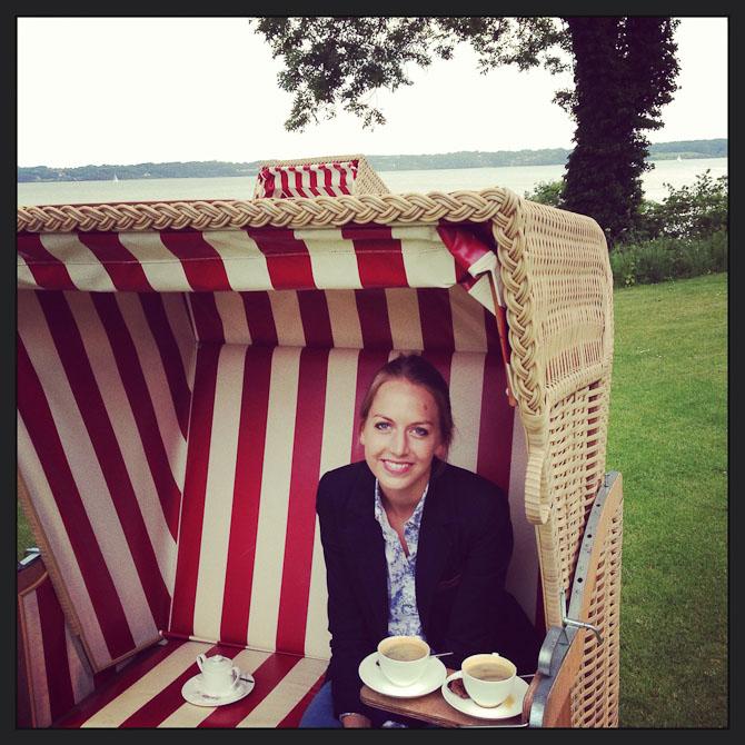 Alter Meierhof har forenet hyggelig tysk charme med luksus og god service. I haven kan man nyde sig kaffe i et af de retroinspirerede strandmøbler.