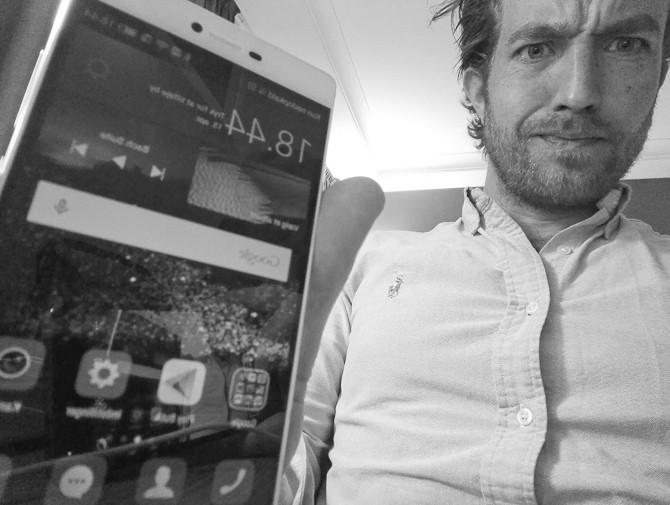 Netop nu. På et hotelværelse i London. En mobil fotograferer den anden - nyheden er den synlige sag i hånden. Det er lige til at blive vindøjet af
