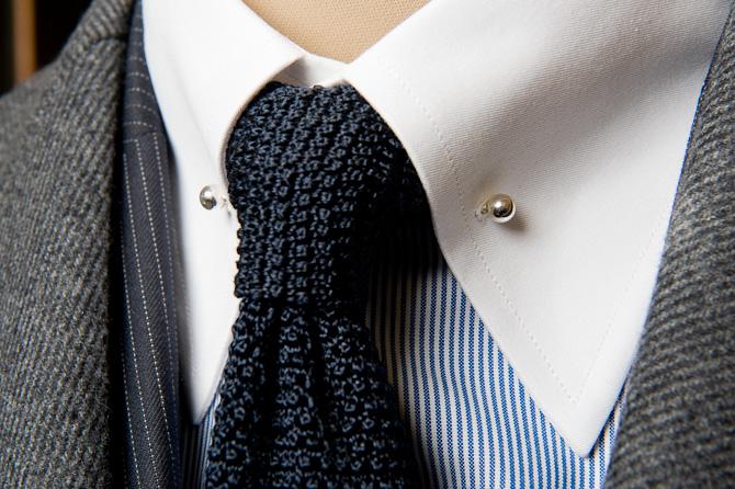 """Fin halv-formel detalje i form af en """"collar pin"""""""