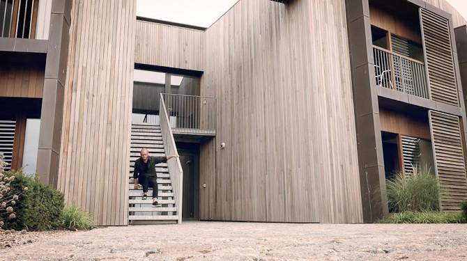 Det er Niki Tæstesen på trappen her, som vi skal blive klogere på. Og hans virke vel at mærke.