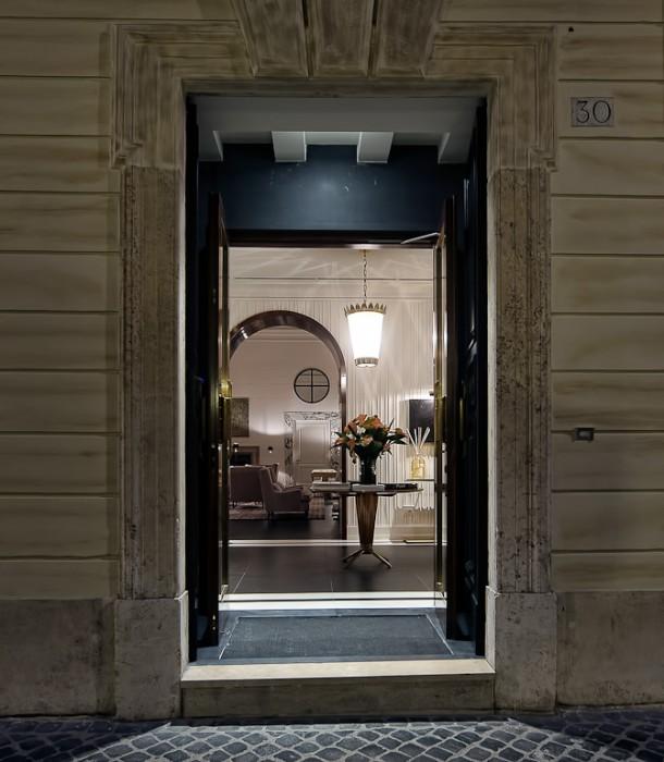 Indgangen til J.K. Place Roma kan være svær at få øje på. Men bag den diskrete glasdør gemmer sig et luksuriøst interiør.