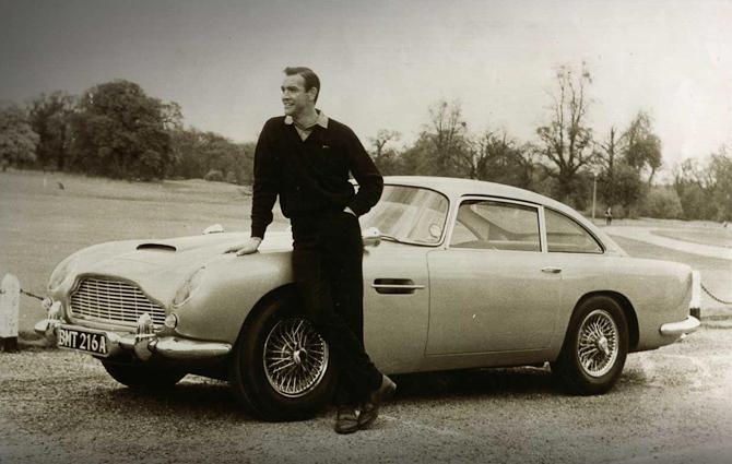 James Bond i Goldfinger spillet af Sean Connery med en Aston Martin DB5 som flot køretøj. Foto: Aston Martin