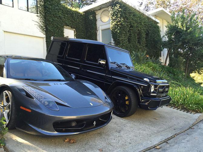 Jeg har lige købt ny bil. Jeg skiftede min Bentley ud i foråret med den nye 458'er, og jeg manglede en stor bil. Saa den jeg havde droemt om skulle det vaere. Mercedes AMG G-Wagon alt indfarvet i sort. Jeg syntes de saa saa fine sammen ud i indkoerslen imorges da jeg gik med min hun saa jeg nappede lige et foto. Det er vist det man kalder LA style:-) Men jeg bor i Beverly Hills saa der er det ikke noget saersyn.