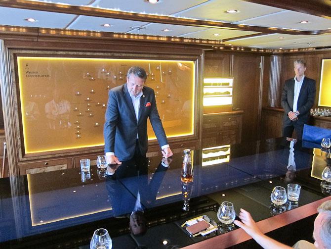 Bordet som Jones hviler hænderne på var et virtuelt kartotek over blandt andet smagsnoter.
