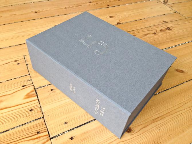 Planen er at omslaget kan stå eller ligge på skrivebordet og fungere til opbevaring. Den plan vil jeg følge.