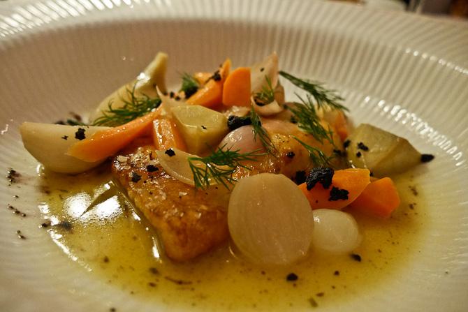 Stegt pighvar m. artiskokker tilberedt i hvidvin, gulerødder og løg