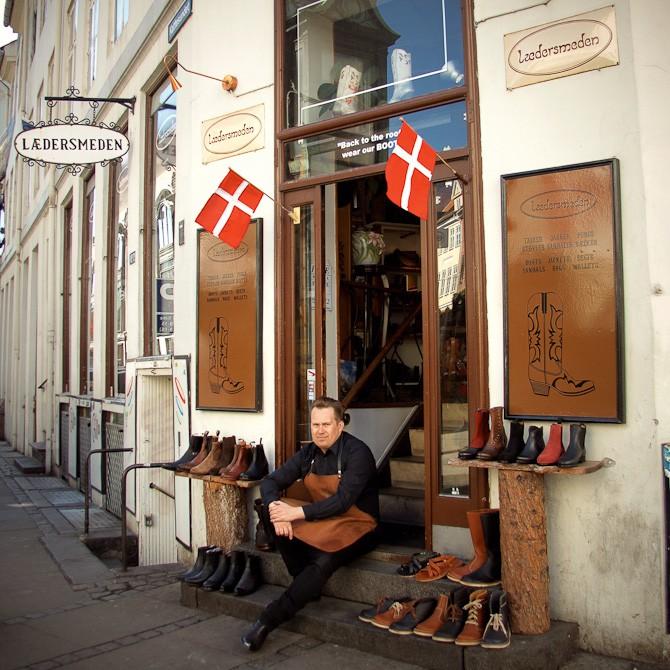 Jonas Røssell har overtaget butkiken i Verstergade. Det er i øvrigt ham, der sidder her...