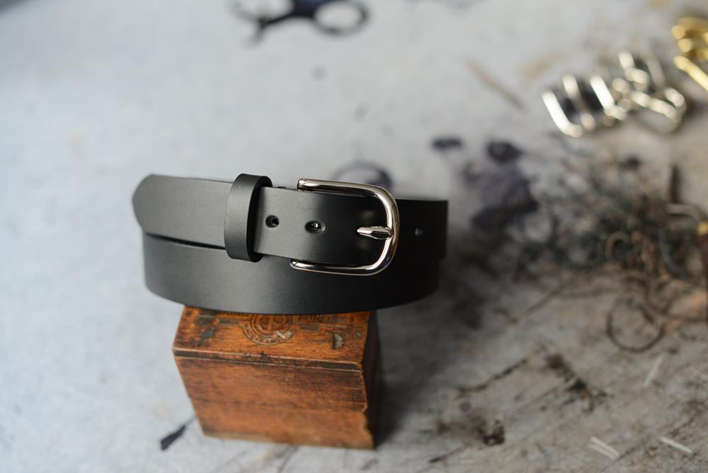 Et sort med stålspænde. Ganske klassisk - men lavet i hånden. Uden at trevle.