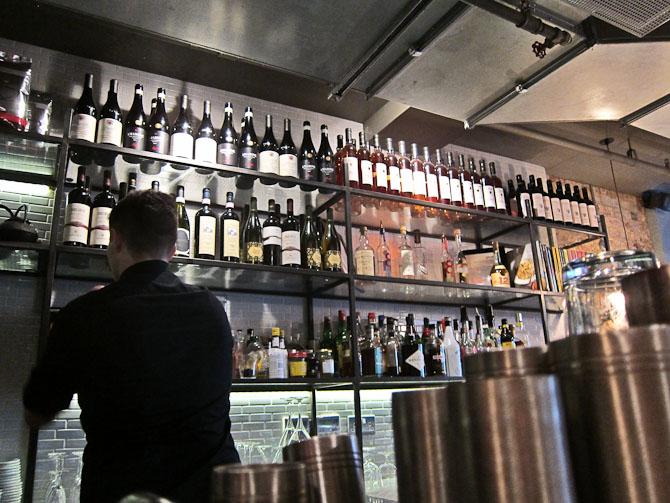 Stort set alle steder bliver man ført direkte til baren, indtil et bord er ledigt. Meromsætning er vejen frem.
