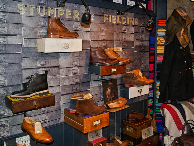 Skoene i de to forretninger er typisk fra Loake, og det ses, hvordan den klassiske støvlet er på vej frem også udenfor vintersæsonen.