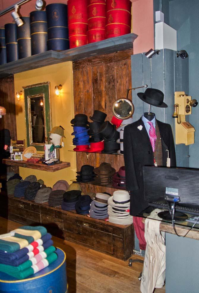 """Hatte er ved at blive moderne igen i London, ikke kun for damer, men også for herrer. Her et kig ind i """"hatte-afdelingen"""" hos Thomas Farthing."""