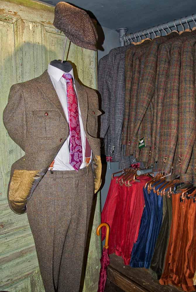 Selvfølgelig kan man også få den klassiske tweed-habit med knap-lommer. Denne er set hos Thomas Farthing i Museum Street.