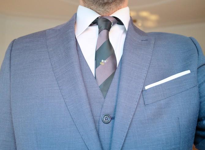 Skjorte, slips, vest, jakke og snyde-tørklæde