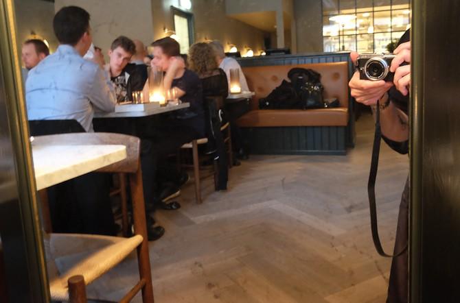 Foto af fotografiapparat - tilbage ved bordet