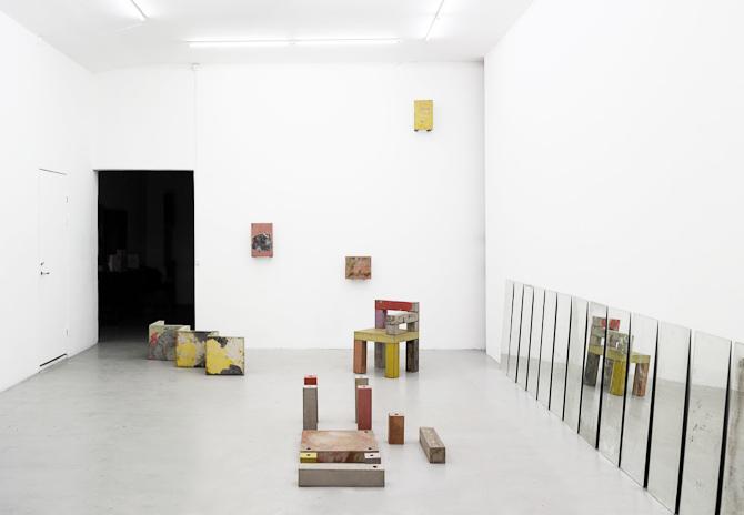 Magnus Pettersen med kreationer i Peter Ambys galleri