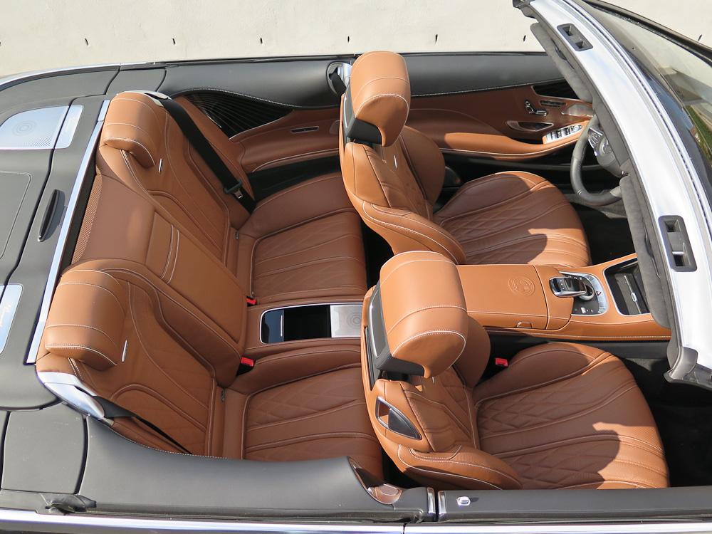 En cabriolet med plads. Bemærk midterkonsollen