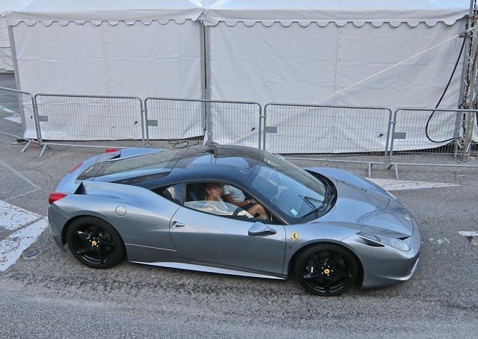 Durk videre til en nyere Ferrari med en kiggende medpassager