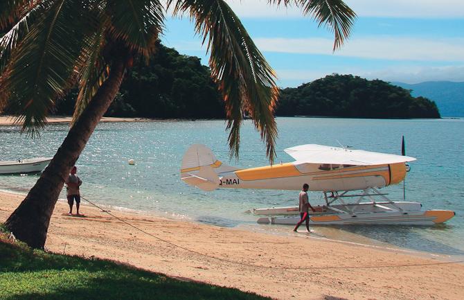 Ankomst med vandflyver. Eller båd.