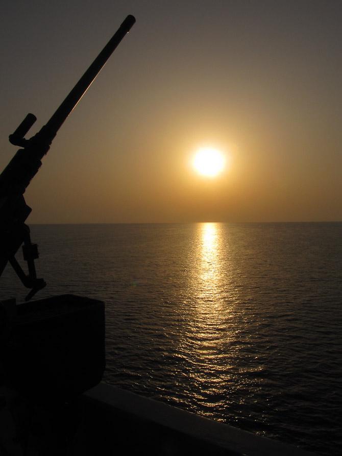 Solopgang i det Indiske Ocean, TMG (tungt maskingevær) ses til venstre.