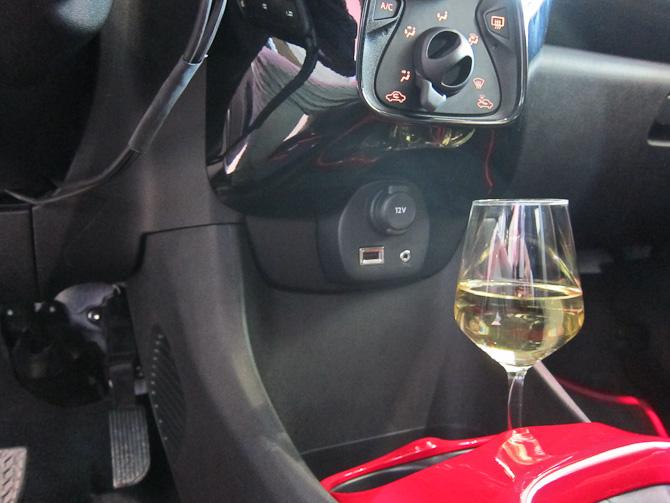 Der er i øvrigt kop/glasholder i bilen