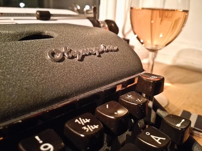 """Der er tale om en Olympia De Luxe skrivemaskine i intet mindre end """"mint condition"""""""