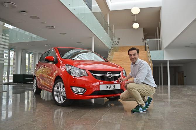 Her er Jesper. Han er en dansk bildesigner, som gør os meget klogere på Opel KARL i en herlig video...