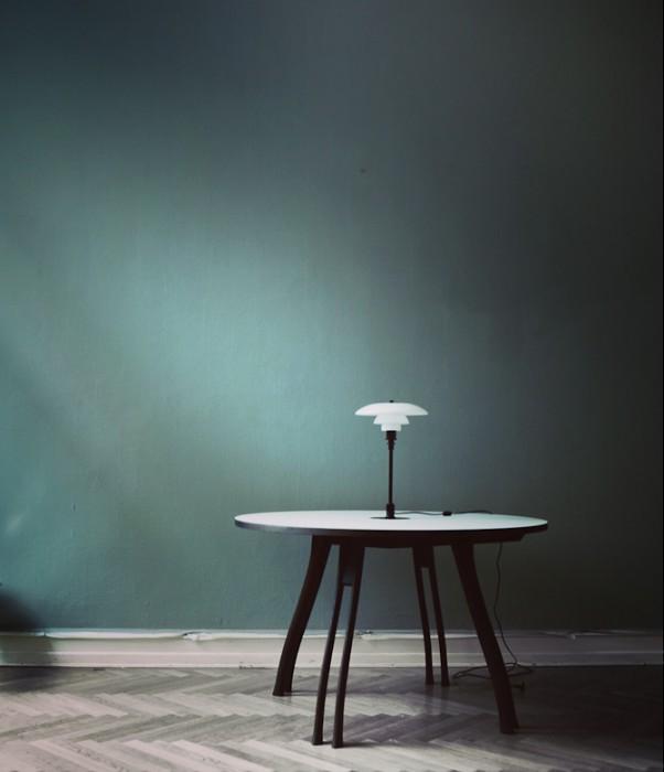 En klassisk lampe og et kommende bord
