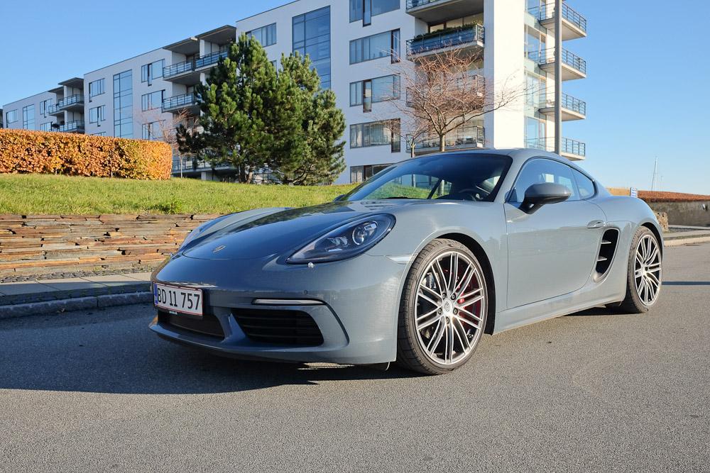 Der er den - Porsche Cayman S. Midt i Tuborg Havn på en dag med flot vejr.