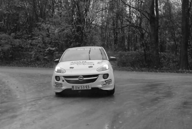 Hold på hat og briller. Eller endnu bedre - hold bilen på vejbanen, for nu kan du vinde en uddannelse som rallykører...