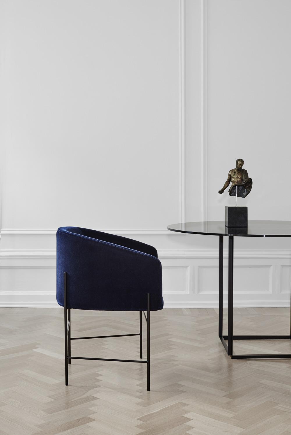 Der har du stolen - og den kan leveres med både stof og læderbetræk.