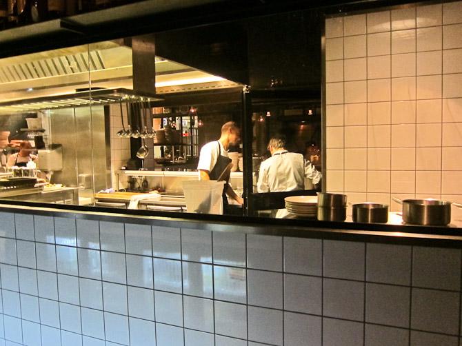 Åbent køkken med travlt personale