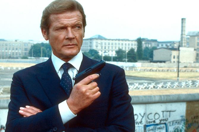 James Bond, alias Roger Moore, i marineblå habit