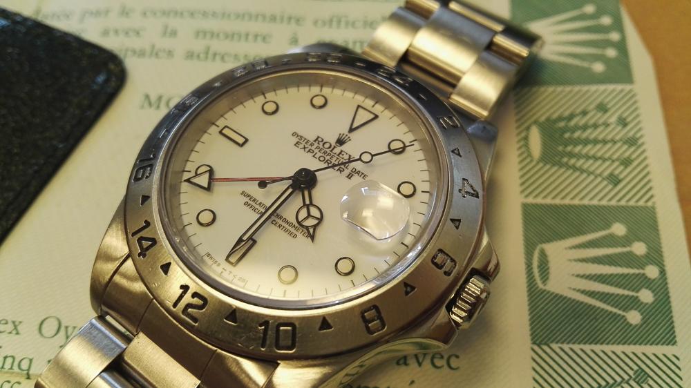 De hvide skiver på de ældre Rolex Explorer II har det i øvrigt med at blive let cremefarvede med tiden...