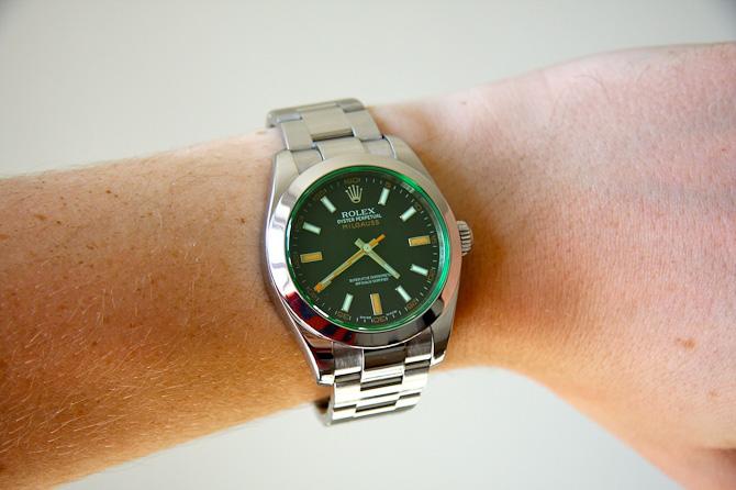 En Rolex Milgauss med grønt glas har også været om håndledet.